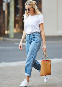 Femme en t-shirt blanc mom jean et baskets blanches