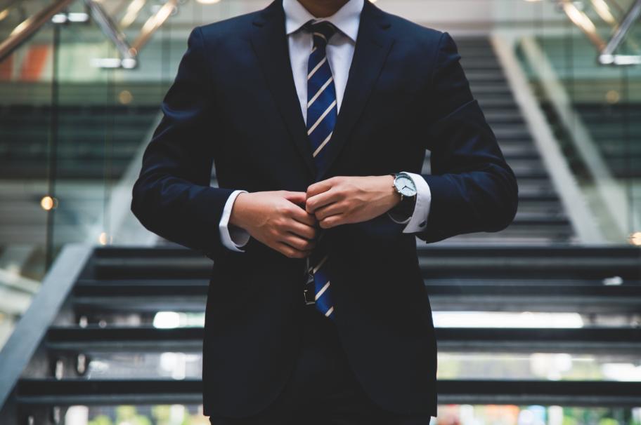 Homme costume bleu avec montre noire