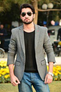 Homme blazer gris lunettes et montre