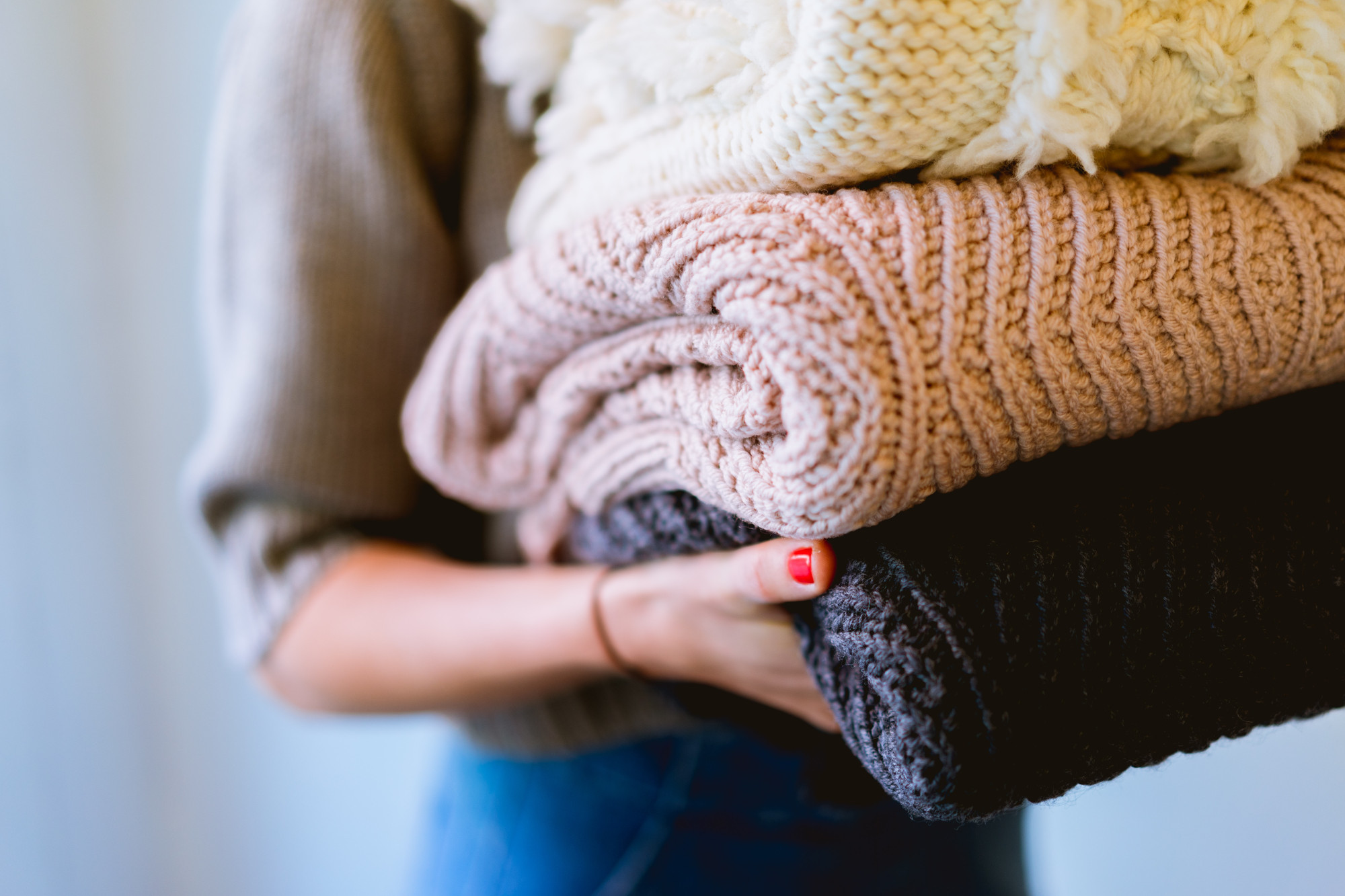 femme portant des pulls pliés en maille