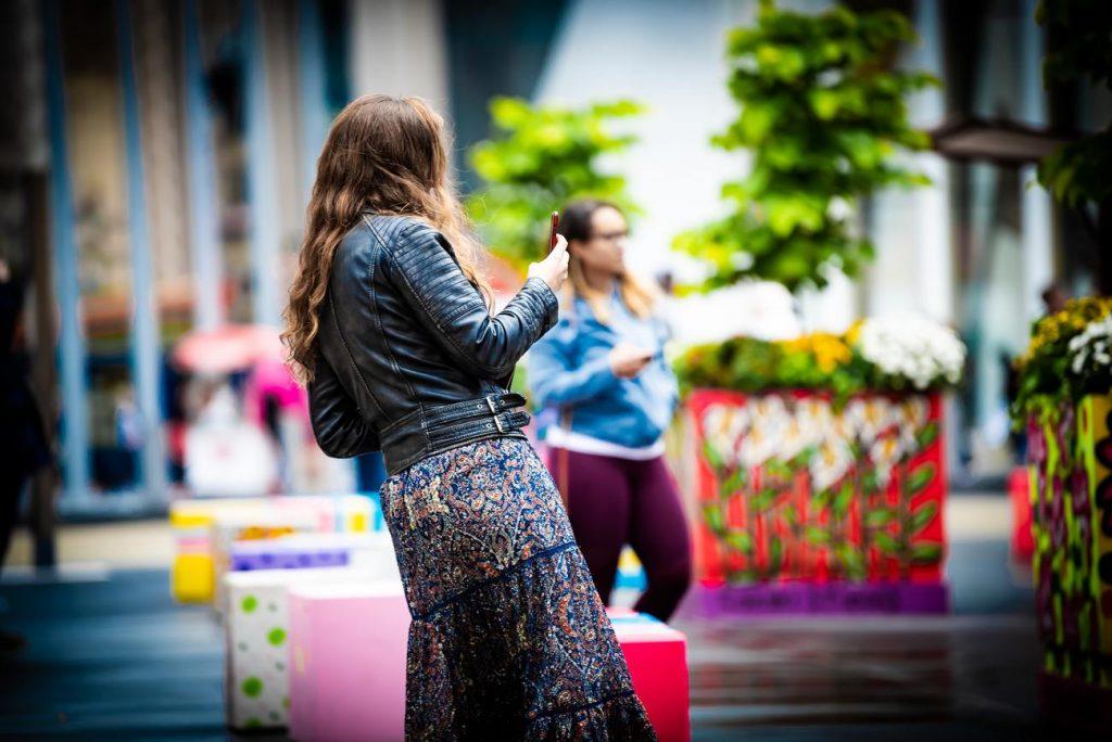 fille au look bohème avec une veste en cuir et une robe à fleurs